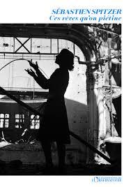 Sous les bombardements, dans Berlin assiégé, la femme la plus puissante du IIIe Reich se terre avec ses six enfants dans le dernier refuge des dignitaires de l'Allemagne nazie. L'ambitieuse s'est hissée jusqu'aux plus hautes marches du pouvoir sans jamais se retourner sur ceux qu'elle a sacrifiés. Aux dernières heures du funeste régime, Magda s'enfonce dans l'abîme, avec ses secrets. Au même moment, des centaines de femmes et d'hommes avancent sur un chemin poussiéreux, s'accrochant à ce qu'il leur reste de vie. Parmi ces survivants de l'enfer des camps, marche une enfant frêle et silencieuse. Ava est la dépositaire d'une tragique mémoire : dans un rouleau de cuir, elle tient cachées les lettres d'un père. Richard Friedländer, raflé parmi les premiers juifs, fut condamné par la folie d'un homme et le silence d'une femme : sa fille. Elle aurait pu le sauver. Elle s'appelle Magda Goebbels.